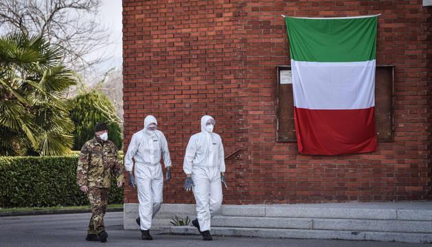 El cuerpo militar y personal médico italiano en el exterior de la iglesia San Giuseppe, en Bérgamo.