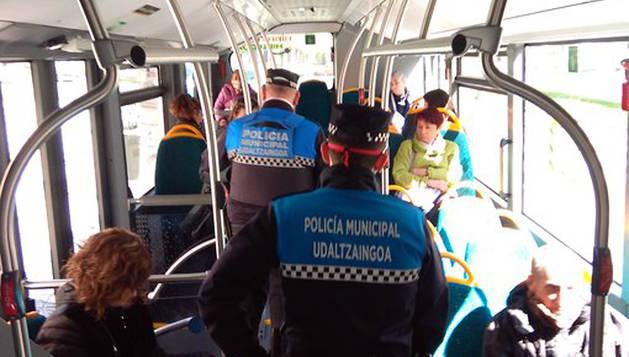 Agentes de la Policía Municipal de Pamplona, durante un control realizado en una villavesa.