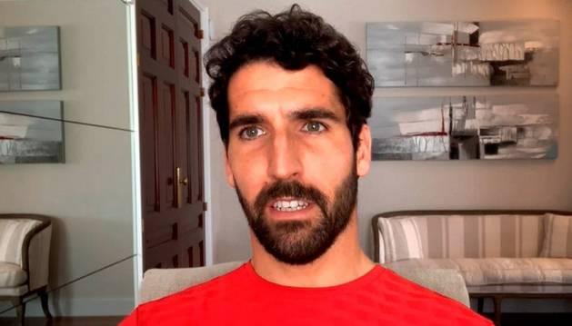 Fotografía facilitada por el Athetic Club, del delantero navarro del Athletic de Bilbao, Raúl García, este sábado en rueda de prensa virtual desde su domicilio.