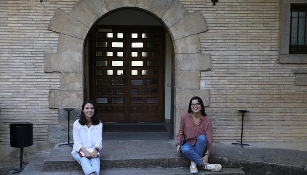 Adriana Obregón Urteaga (izquierda) y Ali Stein González, sentadas en la puerta de entrada de Goimendi. Son dos de las seis residentes que quedan en el Colegio Mayor.