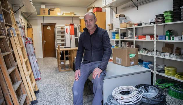 Francisco Ibarra Jaca, electricista y uno de los socios de Contac Montajes Eléctricos, en el taller que la empresa tiene en la Txantrea.