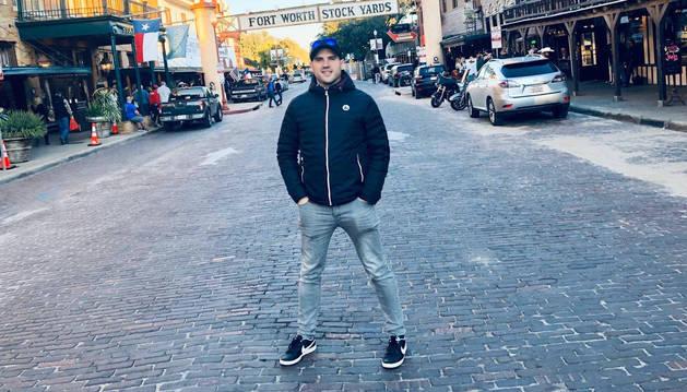 Jesús Domínguez Vidaurreta, en una calle de Fort Worth (cerca de Dallas),  muy famoso porque es como un pueblo del oeste.