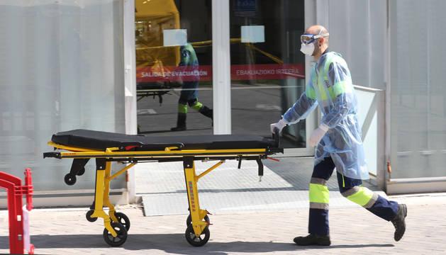 foto de Un profesional sanitario traslada una camilla a la zona de desinfección del Hospital de Navarra (CHN).