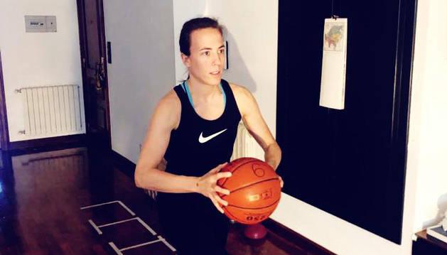 La base pamplonesa del Araski, María Asurmendi, mantiene la actividad física con los materiales que dispone en su casa.