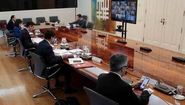 Sánchez reconoce a los presidentes autonómicos el retraso en la entrega de material
