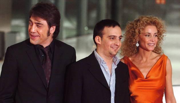 Alejandro Amenábar (centro), junto a Javier Bardem y Belén Rueda, protagonistas de la película 'Mar adentro'.