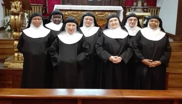 Comunidad de las Agustinas Recoletas, la quinta desde la izquierda, la superiora, Mª Cruz Aznar Iribarren.