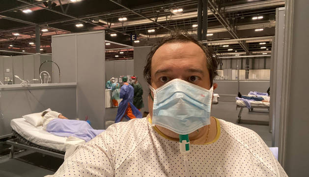 Jonan Basterra Muniáin, navarro de 50 años, ayer por la tarde con máscara y asistido con oxígeno para recuperarse de su neumonía.