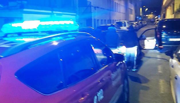 Momento en el que la patrulla de Policía Foral sorprendió a las tres personas realizando una mudanza en Burlada.