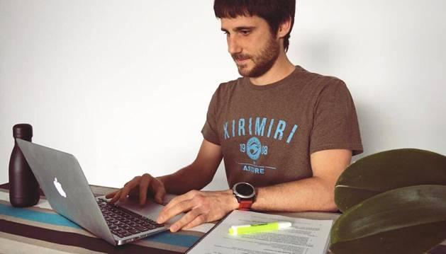 Egoitz Zozaya, con el ordenador desde que trabaja en casa.
