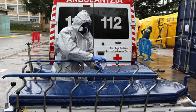 Foto de desinfección de camillas en la zona de Urgencias del CHN durante la crisis del coronavirus.