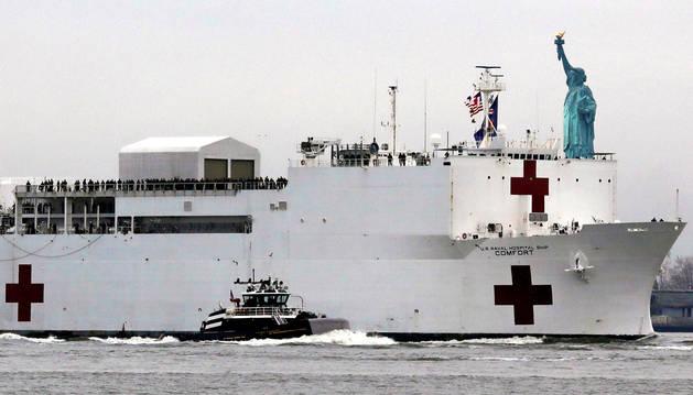 foto de El buque Comfort se dirige al puerto de Nueva York con mil camas hospitalarias para aliviar a los centros médicos que están saturados por el coronavirus