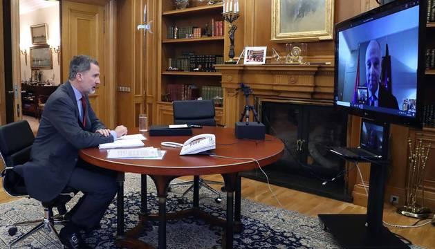 foto de Videollamada de Felipe VI al presidente de Cámara Navarra, Javier Taberna