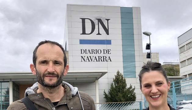 El ganador Pedro Echarte y Cristina Esandi, directora de marketing de Jata, en el momento de la entrega del premio en el exterior de las instalaciones de Diario de Navarra en Cordovilla.