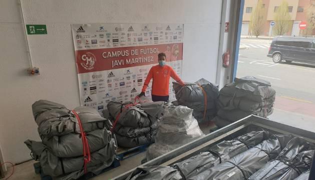 Foto de Álvaro Martínez Aguinaga, responsable del campus, con las tiendas que enviarán al SNS.