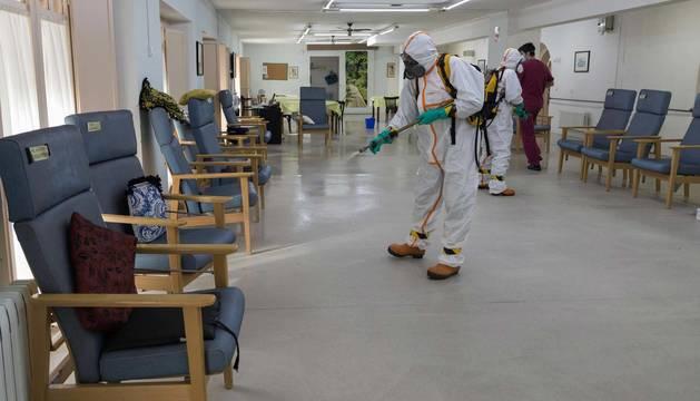 foto de Voluntarios de Protección Civil Tudela realizan la desinfección de la residencia de la Misericordia de la ciudad.