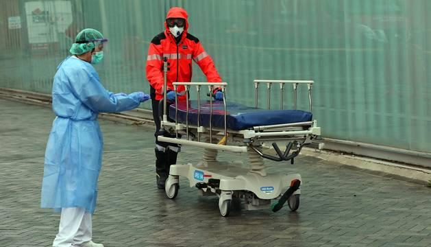 Trabajos en el Complejo Hospitalario de Navarra para desinfectar las camillas de coronavirus.