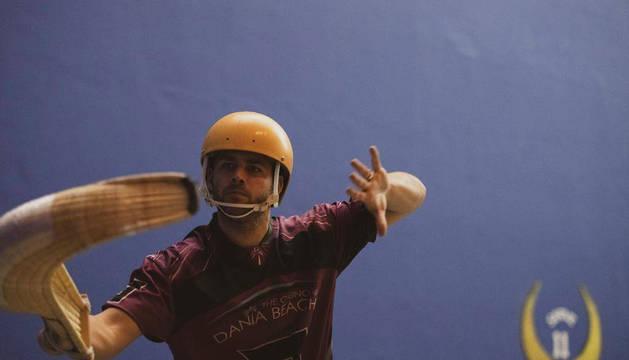 foto de El navarro David Iturbide es captado en el instante en el que se prepara para lanzar la pelota con su cesta