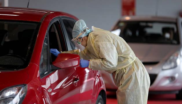 Una enfermera realiza un test en las instalaciones de Refena.