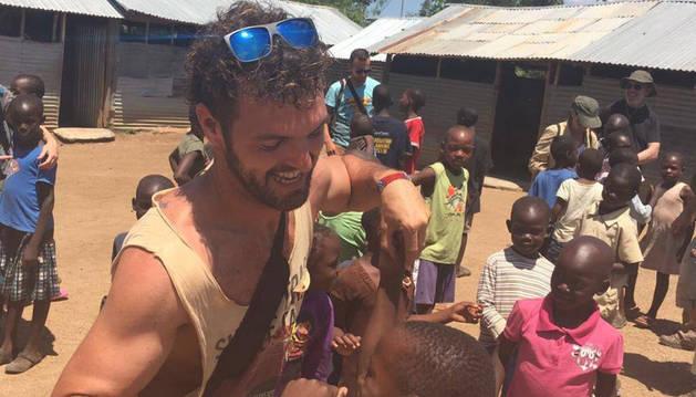 Un navarro, entre los 18 españoles atrapados en Uganda