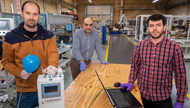 foto de Eduardo López Lekumberri, David Fernández de la Pradilla Alegría y Pablo Montes Cale, en la empresa Largoiko de Villatuerta, muestran el equipo de respiración asistida que han desarrollado.