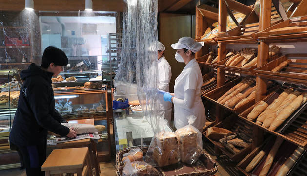 foto de La panadería  'Ángel', uno de los establecimientos emblemáticos de Barañáin, acondicionada para la situación de alarma.