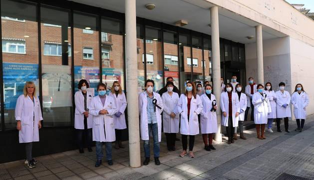 foto de Minuto de silencio del personal sanitario del centro de salud de la Rochapea por los médicos fallecidos en España por el coronavirus