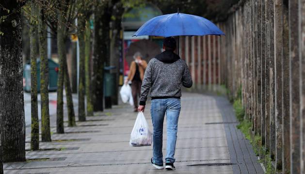 Una persona, en la calle tras hacer la comprar, este miércoles en Pamplona.