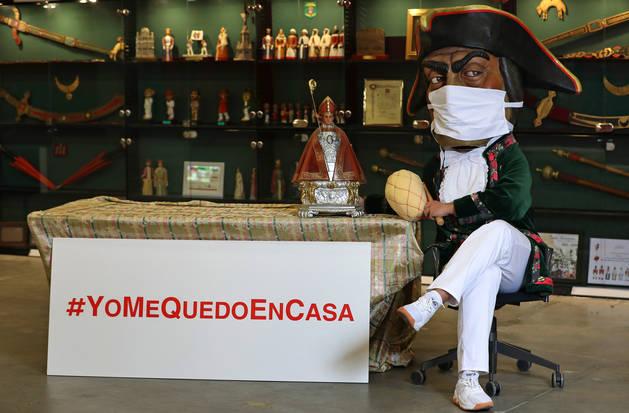 foto de Caravinagre, cubierto con una mascarilla, sentado en la que es su casa, la sede de la Comparsa de Gigantes y Cabezudos de Pamplona.