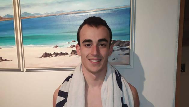 Javier Aguilar posa con la ropa que usa en la piscina en su hogar familiar de Berriozar.