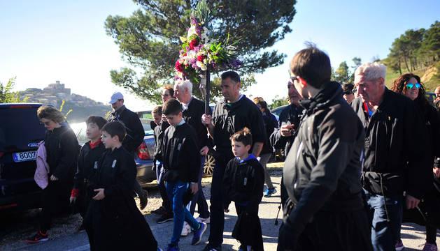 foto de Romeros enfilan el camino a la basílica de Ujué en la romería más multitudinaria.