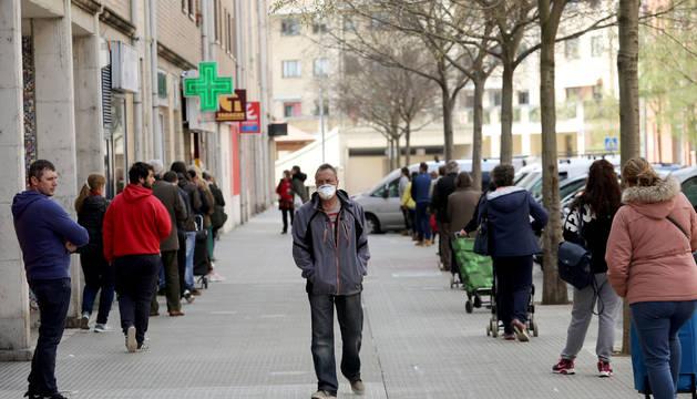 La calle Zalbagain registra todos los días dos colas, una más larga para ir al supermercado Eroski, y otra más corta para el estanco.