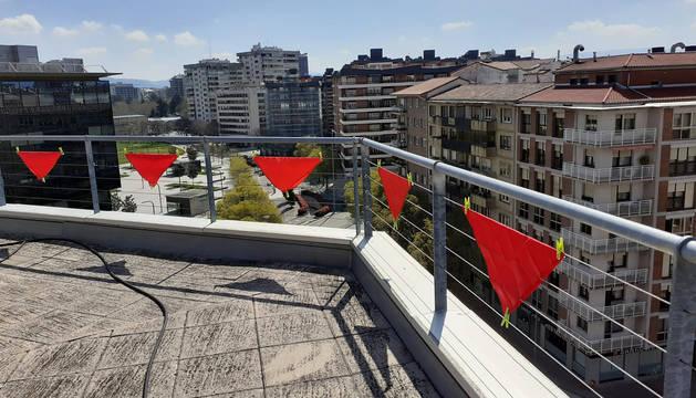 Fotos: Pañuelos en las ventanas por el cuarto peldaño de la escalera de San Fermín