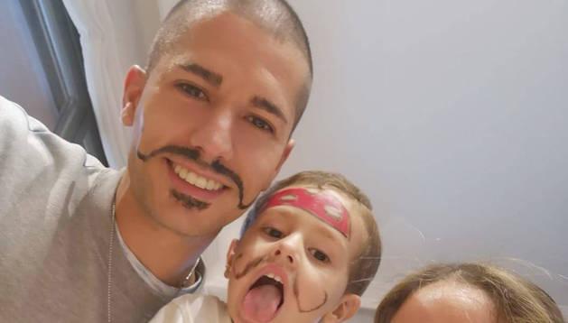 Ioseba Fernández y Ana Llorens, con su hijo, Marc, de 3 años. Ese día tocaba maquillarse la cara.