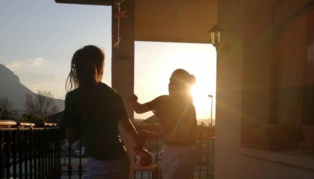 Laura Urra, de frente, entrenando con su hermana Iosune en el balcón de su casa en Irañeta.