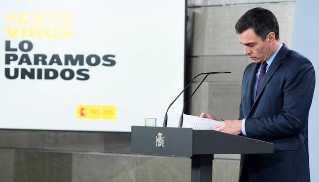 Pedro Sänchez toma notas durante las preguntas tras su comparecencia este sábado, 4 de abril.