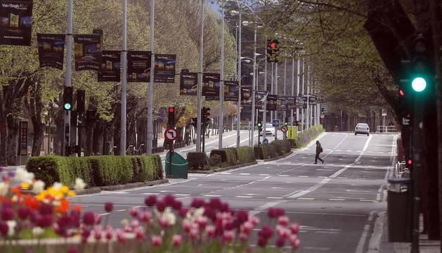 Foto de una calle de Pamplona, prácticamente sin tráfico, durante el estado de alarma por el coronavirus.