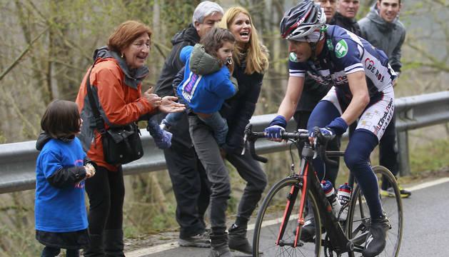 Foto del ciclista navarro Patxi Vila en la primera ascensión a Ibardin en la Vuelta al País Vasco de 2012, animado por su familia.