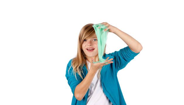 Una niña juega con un slime.