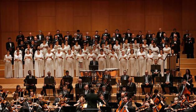 La Orquesta Sinfónica de Navarra y el Orfeón Pamplonés, en un concierto en Baluarte.