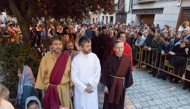 Numeroso público rodea a Juan Manuel Pérez y otros actores, en una de las escenas de la representación de la Pasión de Jesús de 2019.
