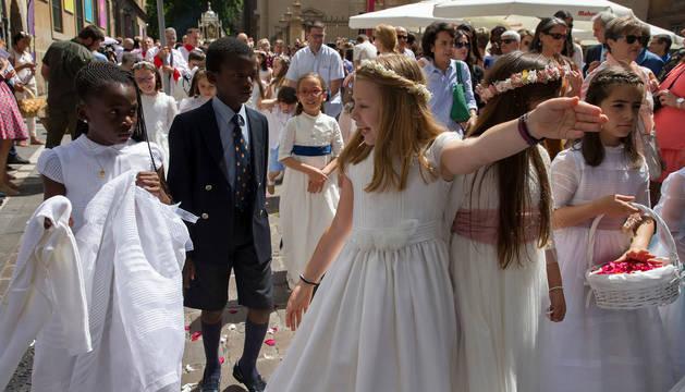 Niños vestidos de Primera Comunión, durante la procesión del Corpus en Pamplona, el año pasado.