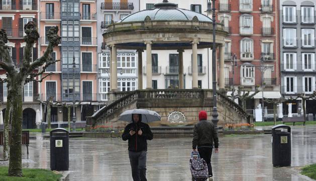 Dos personas, en la Plaza del Castillo de Pamplona.