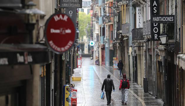 Dos personas, en la calle San Nicolás de Pamplona.