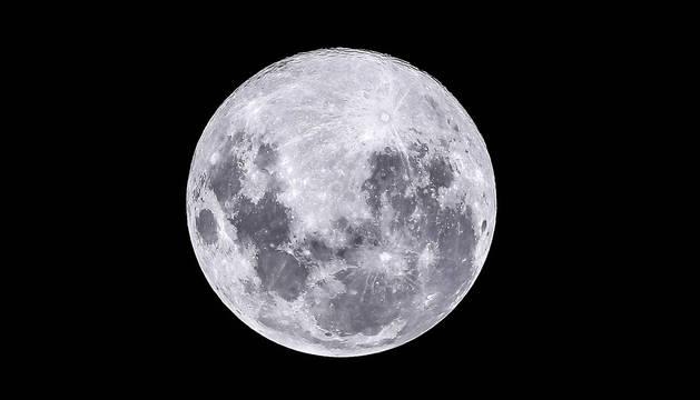Vista de la Luna llena este martes en la Ciudad de Buenos Aires (Argentina)