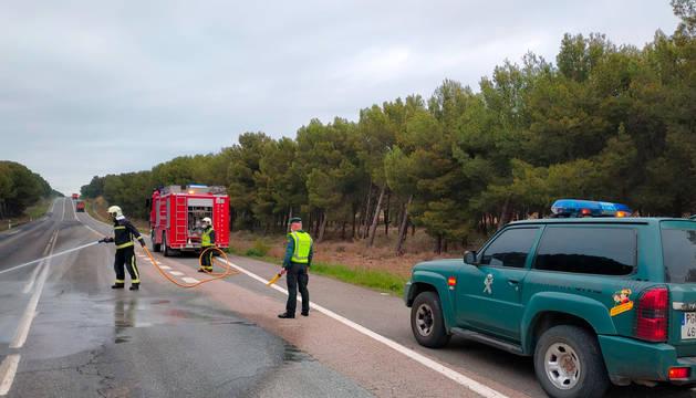 Agentes de la Guardia Civil y bomberos trabajan en la zona del vertido.