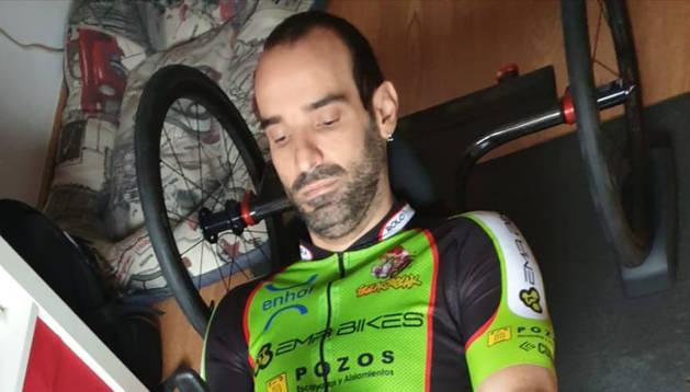 Foto de Sergio Pozos, en uno de sus entrenamientos en su domicilio de la capital ribera.