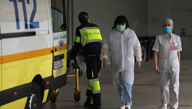Personal sanitario en el exterior del CHN.
