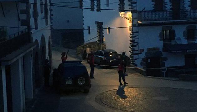 Agentes policiales, este miércoles por la noche en Goizueta.