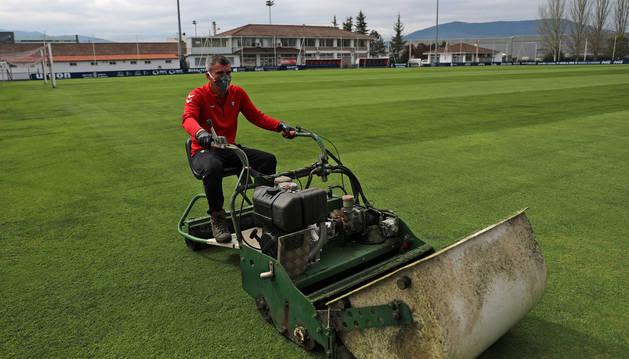 foto de Javi Sánchez, este miércoles, cortando la hierba de uno de los campos donde entrena el primer equipo.